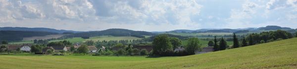 Pohled na obec z východní strany z vršku Sosnovec. Autor fotografie: Tomáš Čapek (pozn. tuto fotografii můžete vidět v hlavičce, pokud jí nevidíte, máte verzi bez stylu nebo verzi pro slabozraké)